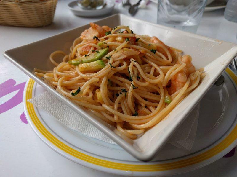 Espaguetis con calabacín y gambas